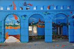 有图画的蓝色墙壁 免版税库存照片
