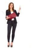 有圆环包扎工具的指向快乐的女实业家。 免版税库存图片