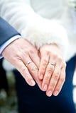 有圆环的夫妇的手 免版税库存图片