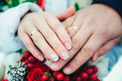 有圆环的新娘手与浅景深 库存图片