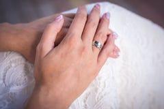 有圆环的新娘` s手 库存图片