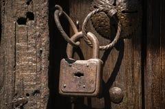 有圆环的老生锈的挂锁 免版税库存图片