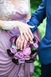 有圆环的,特写镜头新郎和新娘手 免版税库存照片