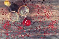 有圆环的,结婚提议,情人节,酒,浪漫大气一个红色箱子 免版税库存图片
