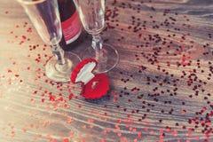 有圆环的,结婚提议,情人节,酒,浪漫大气一个红色箱子 库存图片