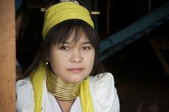 有圆环的年轻缅甸妇女在她的脖子上 免版税图库摄影