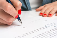 有圆珠笔签署的合同文件的妇女 免版税图库摄影