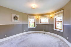 有圆的墙壁的空的灰色口气室 免版税库存图片