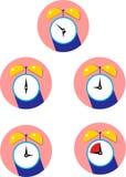 有圆的拨号盘的在平的样式的闹钟和clockwises 向量例证