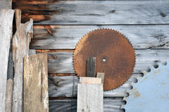 有圆的年迈的木委员会锯条 库存图片