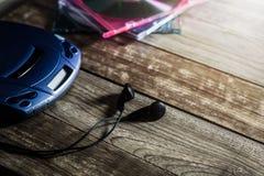 有圆盘的在木板条的光盘播放机和耳机 免版税库存照片