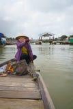 有圆锥形帽子的船员在越南 免版税库存图片
