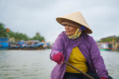 有圆锥形帽子的船员在越南 库存图片
