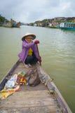 有圆锥形帽子的船员在越南 免版税库存照片