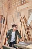 有圆锯的木匠 免版税库存照片