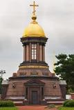 有圆顶和十字架的一个教堂 库存照片