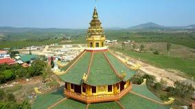 有圆顶的寺庙上部楼层绿色屋顶反对河 股票录像