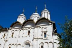 有圆顶的教会在天空蔚蓝下 免版税库存照片