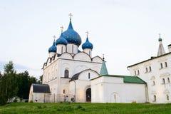 有圆顶的教会在天空蔚蓝下 库存照片
