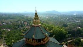有圆顶的空中寺庙绿色屋顶反对countryscape 股票视频
