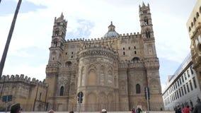 有圆顶的美丽的宽容大教堂和在蓝色,多云天空背景、建筑学和宗教的两个塔 影视素材