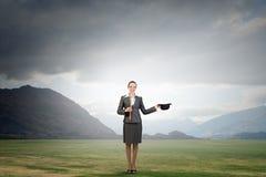 有圆顶硬礼帽的妇女魔术师 免版税库存图片