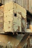 有土制墙壁和多孔黏土膏药的老被破坏的房子 免版税图库摄影
