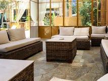 有土气家具和被铺的地板的现代房子 免版税库存照片