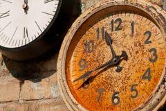 有土气拨号盘和手的葡萄酒手表在墙壁上 背景概念查出的目的程序时间白色 库存图片