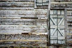 有土气门的原木小屋墙壁 免版税库存图片