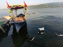 有土耳其旗子的一条小船 库存图片