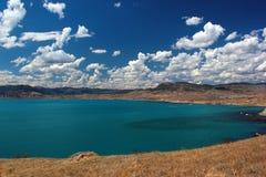 有土耳其玉色水和白色云彩的美丽的海盐水湖 免版税库存图片
