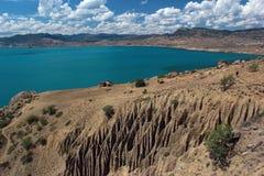 有土耳其玉色水和白色云彩的美丽的海盐水湖 图库摄影