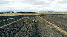 有土豆工作的在大农田,顶视图一台拖拉机 股票视频