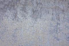 有土镇压和污点的老白色灰色紫色墙壁  毛面纹理 免版税库存图片