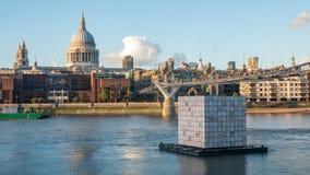 有圣保罗大教堂的千年桥梁和伦敦市的地平线日落的 库存照片