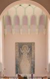 有圣保罗大教堂背景和天花板的法坛  免版税库存图片