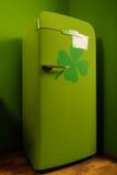 有圣帕特里克的标志的绿色冰箱 库存图片