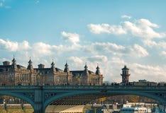 有圣托马斯`医院南翼的威斯敏斯特桥梁 库存图片