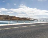 有圣洁湖的路在西藏 免版税库存照片