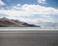 有圣洁湖的路在西藏 免版税库存图片