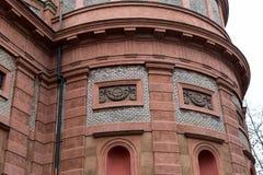 有圣瓦茨拉夫布拉格被成拱形的窗口的砖墙教会的片段  库存照片
