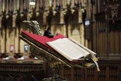 有圣经的一个讲演台在约克大教堂,大英国在2018年5月 免版税库存照片