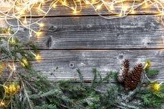 有圣诞树分支的诗歌选在灰色木背景 免版税库存照片