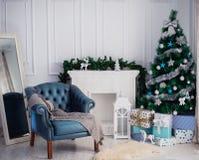 有圣诞树和壁炉的室 库存图片