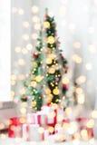 有圣诞树和礼物背景的室 免版税库存图片