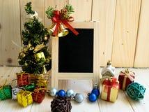 有圣诞树和装饰品的空白的黑板 库存图片