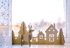 有圣诞树和鹿的圣诞节木房子 新年在窗口或架子的` s装饰 圣诞节背景为 库存照片