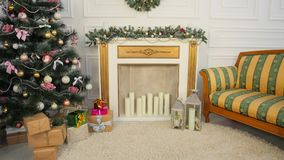 有圣诞树和comon的一间屋子 圣诞节和新年` s英尺长度 库存图片