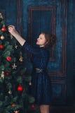 有圣诞树的女孩 免版税库存照片
